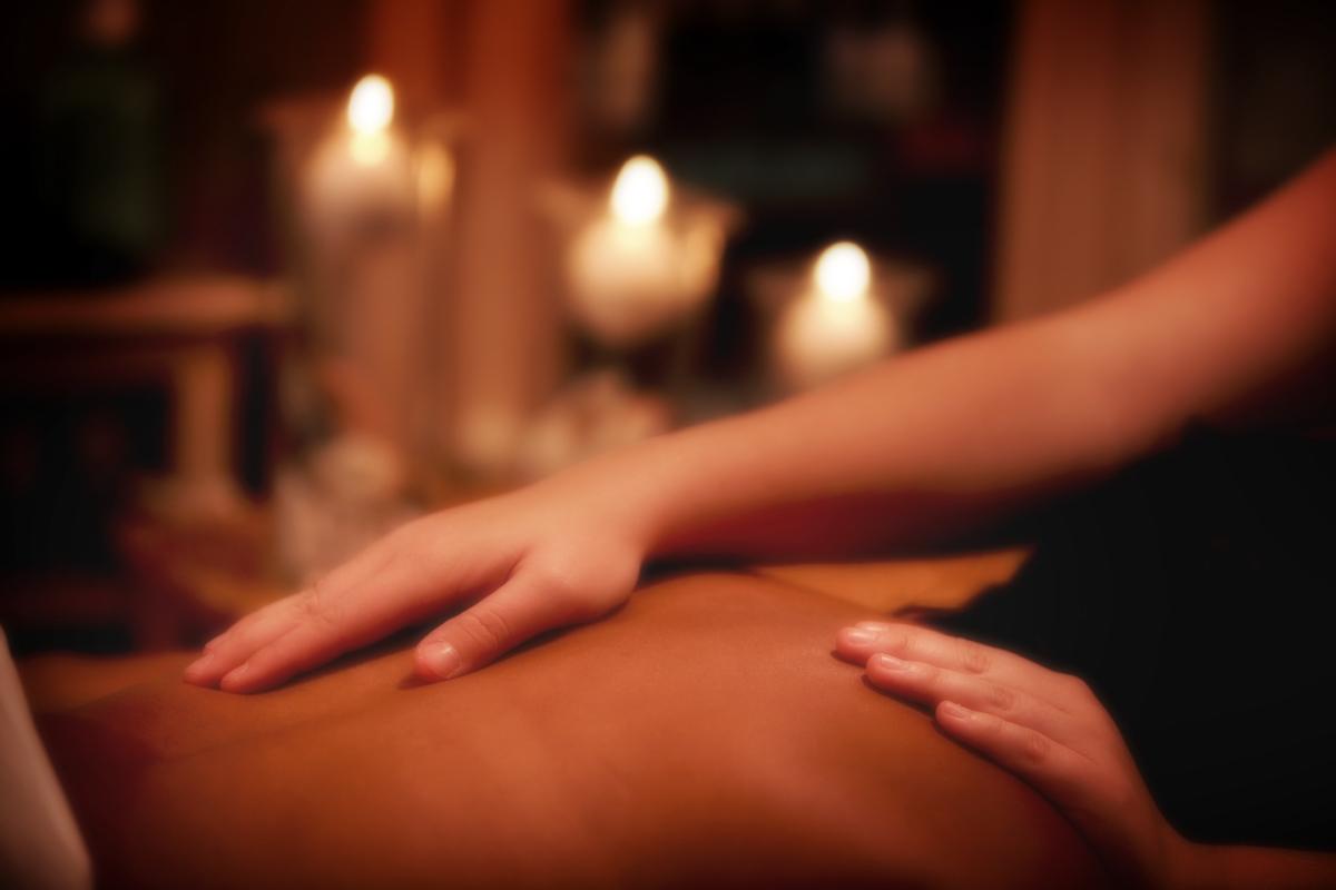 видео массаж делает мужик пальцем киску
